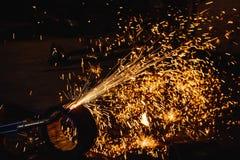 切开有乙炔焊切割吹管的工作者钢板 库存图片