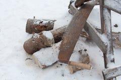 切开木头和一把锯 免版税图库摄影