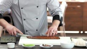 切开熏制的鱼的厨师 股票录像