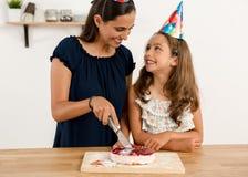 切开生日蛋糕 库存照片