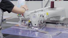切开的和缝合的布料的一个多功能自动机器女装裁制业的 股票录像