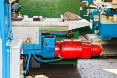 切开的工业铁车床,转动从金属,木头和其他材料的宿营,转动,制造细节 免版税图库摄影