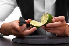 切开石灰的侍酒者的特写镜头,隔绝在白色背景 做概念的一名甜,酸果子圆滑的人 库存照片
