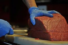 切开红色金枪鱼的Cheff在餐馆 免版税图库摄影