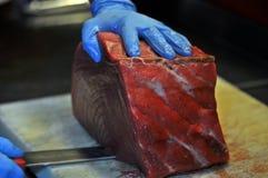 切开红色金枪鱼的Cheff在餐馆 库存照片