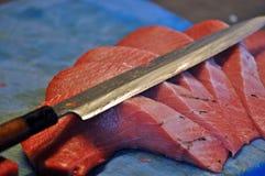 切开红色金枪鱼的Cheff在餐馆 图库摄影