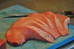 切开红色金枪鱼的Cheff在餐馆 免版税库存图片