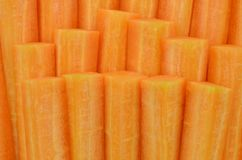 切开红萝卜棍子在木背景,顶视图的 免版税图库摄影
