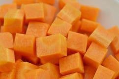 切开红萝卜立方体在木,顶视图的 免版税库存图片