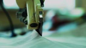 切开织品的刀片的特写镜头 手工织品切割机 截煤机的截槽织品 慢的行动 股票视频