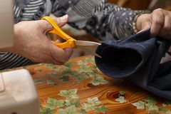 切开织品的裁缝 免版税库存图片