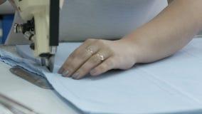 切开织品,缝合的工作 剪接室,切开剪裁刀子的蓝色布料 影视素材