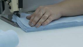 切开织品,缝合的工作 剪接室,切开剪裁刀子的蓝色布料 股票视频