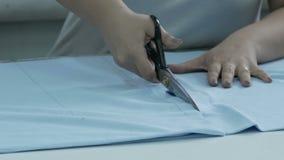 切开织品,缝合的工作 剪接室,切开蓝色布料剪刀 股票视频