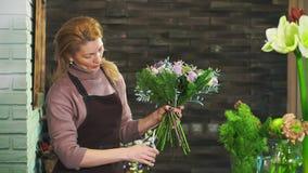 切开花的词根妇女卖花人