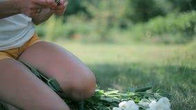 切开花的词根的妇女 影视素材