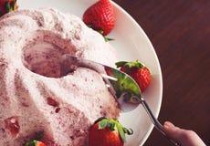 切开草莓夏洛特或奶油甜点蛋糕 免版税库存图片