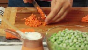 切开菜和在家烹调健康食品的妇女 股票视频