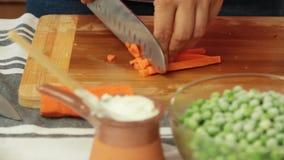 切开菜的厨师烹调健康食品在厨房里 影视素材