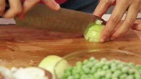 切开菜的厨师烹调健康食品在厨房里 股票视频