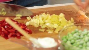 切开菜的厨师烹调健康食品在厨房里 股票录像