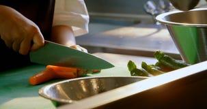 切开菜的女性厨师在厨房里在餐馆4k 股票录像