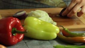 切开菜的妇女,当烹调地瓜油炸玉米粉饼时 股票录像