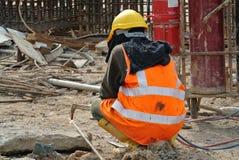 切开金属的建筑工人使用小型发焰装置在建造场所 图库摄影