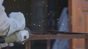 切开金属管子角度研磨机,关闭的手套的工作者 股票视频