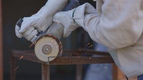 切开金属管子角度研磨机,关闭的手套的工作者 影视素材