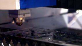 切开金属 火花从激光飞行 ?? 激光切割机技术 工业激光切口处理 股票录像