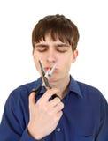 切开香烟的少年 免版税库存照片
