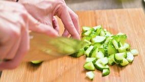 切开黄瓜的刀子烹调的沙拉的特写镜头女性手的在一个木切板 家庭厨房 健康 影视素材