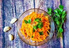 切得很细的红萝卜韩国红萝卜沙拉、大蒜和香料& x28; e g  cilantro& x29;成份 传统韩国食物 库存照片