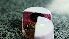 切成两半的紫色给上釉的奶油甜点微型蛋糕特写镜头全景  股票视频
