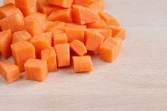 切成小方块的未加工的红萝卜 库存图片