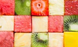 切成小方块的热带夏天果子背景纹理  免版税库存照片