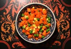切成小方块的红萝卜、豌豆和新鲜玉米 免版税库存图片