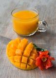切成小方块的芒果和汁液 库存照片