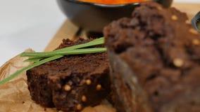 切成小方块的黄油,鱼子酱,黑面包 碗与匙子的红色鱼子酱服务用切的面包、黄油和草本在白色 库存图片