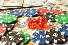 切成小方块,纸牌筹码和100美金在选材台上 的treadled 免版税图库摄影