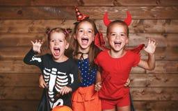 切掉万圣节节假日人员南瓜 狂欢节服装的滑稽的小组孩子 库存照片