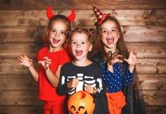 切掉万圣节节假日人员南瓜 狂欢节服装的滑稽的小组孩子 免版税图库摄影