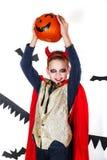 切掉万圣节节假日人员南瓜 狂欢节的滑稽的孩子打扮恶魔用在白色背景的南瓜 免版税库存照片