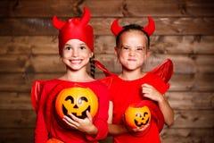 切掉万圣节节假日人员南瓜 carniva的滑稽的滑稽的姐妹孪生孩子 库存图片