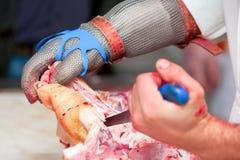 切新鲜的猪肉的屠户 免版税图库摄影