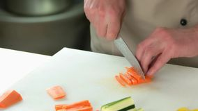 切新鲜的红萝卜的手 影视素材