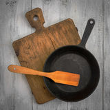 切板、平底锅和木小铲 图库摄影