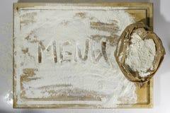 切板用面粉和菜单文字在白色 免版税库存图片