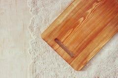 切板顶视图在木桌在葡萄酒鞋带桌布和木桌上的 夏令时 库存图片